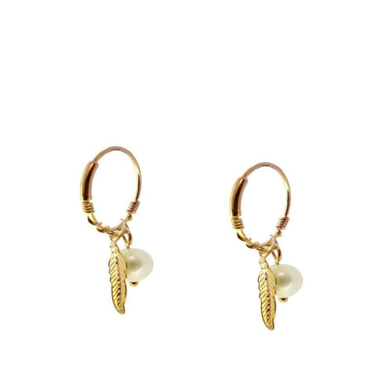 aros pluma y perla en plata bañado en oro